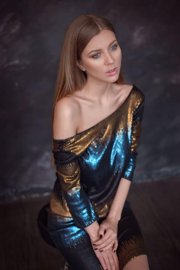 Όμορφο πρότυπο σε ένα λαμπρό φόρεμα με μακρυμάλλη στοκ φωτογραφίες
