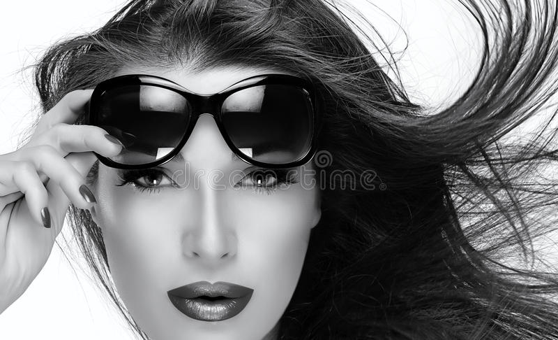 Όμορφο πρότυπο στα γυαλιά ηλίου μόδας Μονοχρωματική κινηματογράφηση σε πρώτο πλάνο Portra στοκ φωτογραφία με δικαίωμα ελεύθερης χρήσης