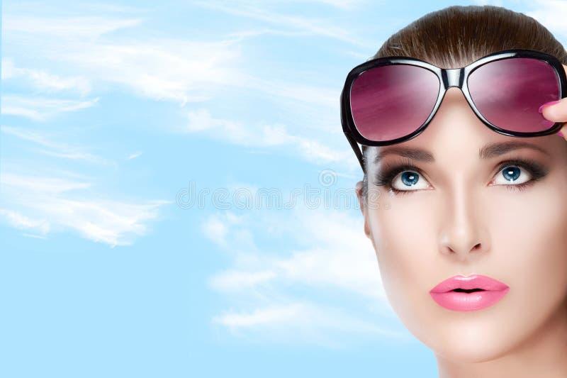 Όμορφο πρότυπο στις κόκκινες ιώδεις σκιές που ανατρέχουν Φωτεινό Makeup α στοκ εικόνα