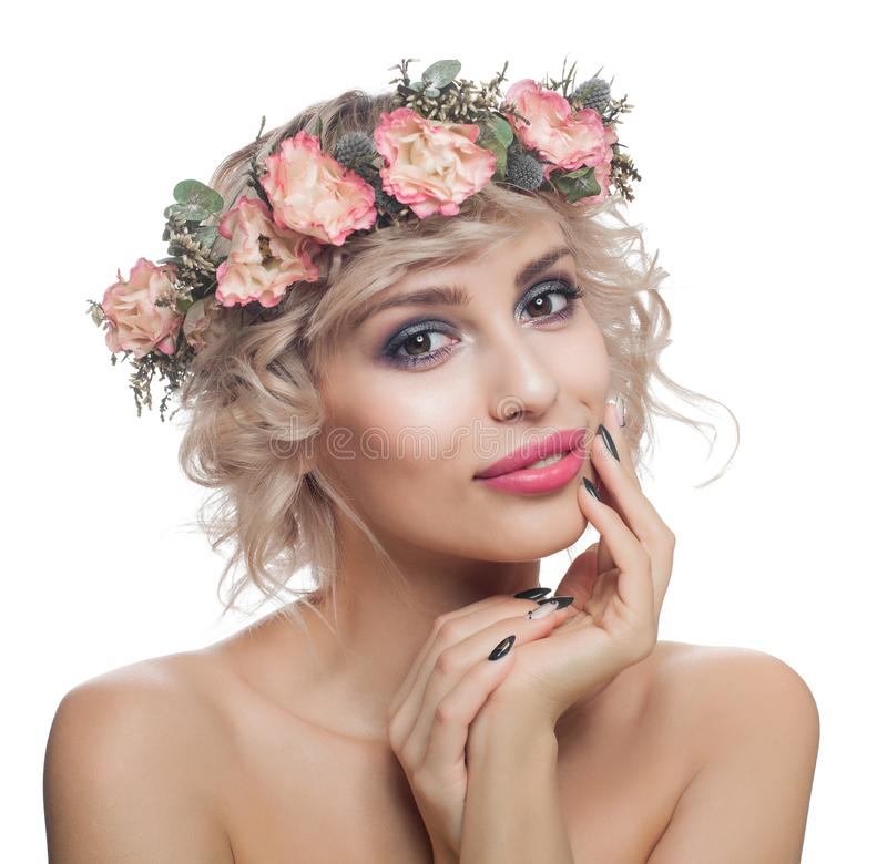 Όμορφο πρότυπο το κοντό κούρεμα, Makeup, τα καρφιά Manicured και την κορώνα λου στοκ φωτογραφίες