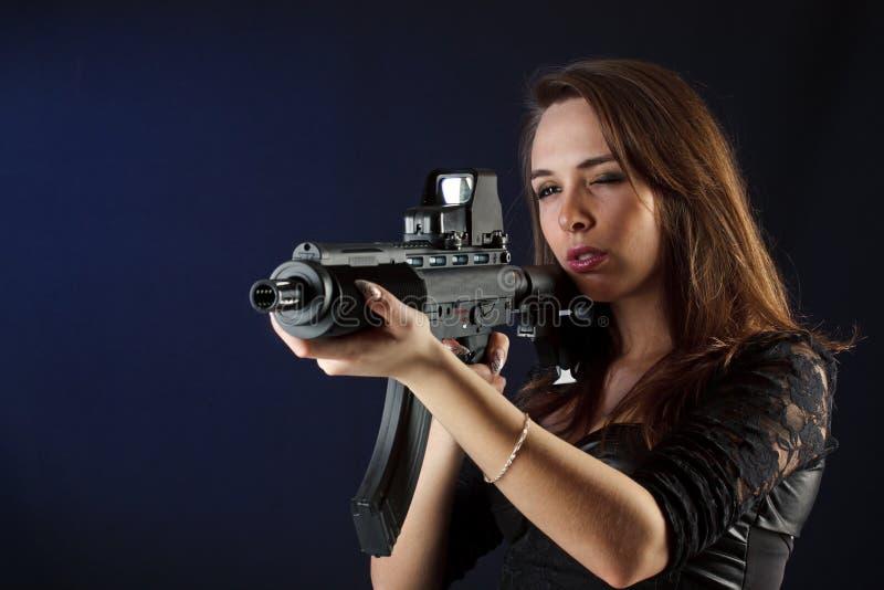 όμορφο πυροβόλο όπλο κοριτσιών στοκ φωτογραφία