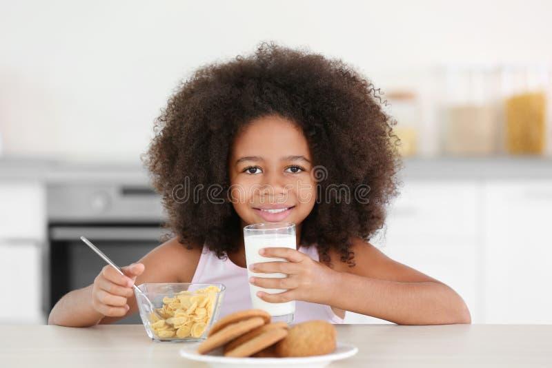 Όμορφο πόσιμο γάλα κοριτσιών αφροαμερικάνων στοκ εικόνες με δικαίωμα ελεύθερης χρήσης
