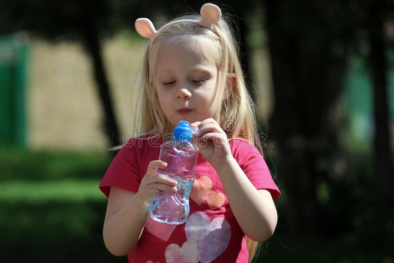 Όμορφο πόσιμο νερό μικρών κοριτσιών στοκ εικόνα