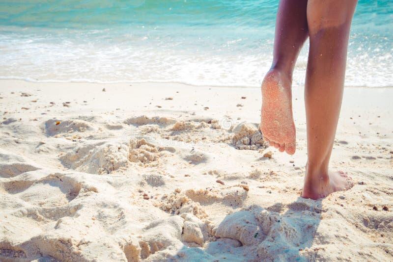 Όμορφο πόδι του προκλητικού μαυρίσματος γυναικών χαλαρώστε στην αμμώδη τροπική παραλία στοκ φωτογραφία με δικαίωμα ελεύθερης χρήσης
