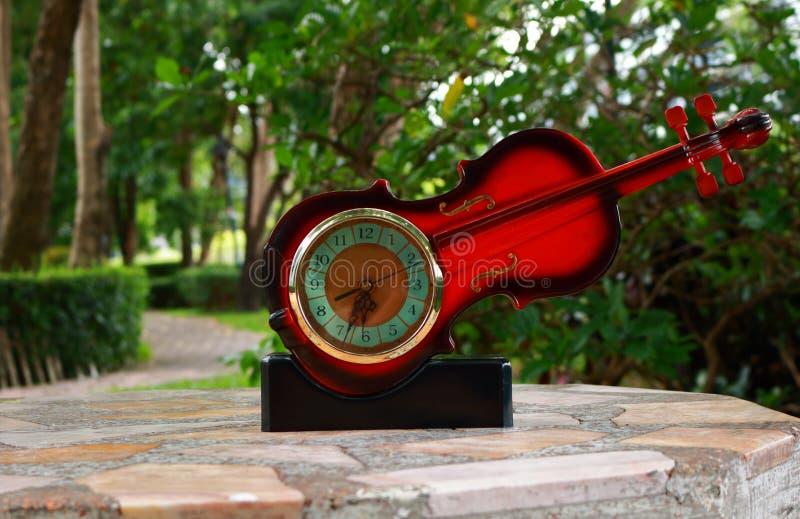 Όμορφο ρολόι μορφής βιολιών στοκ φωτογραφία με δικαίωμα ελεύθερης χρήσης