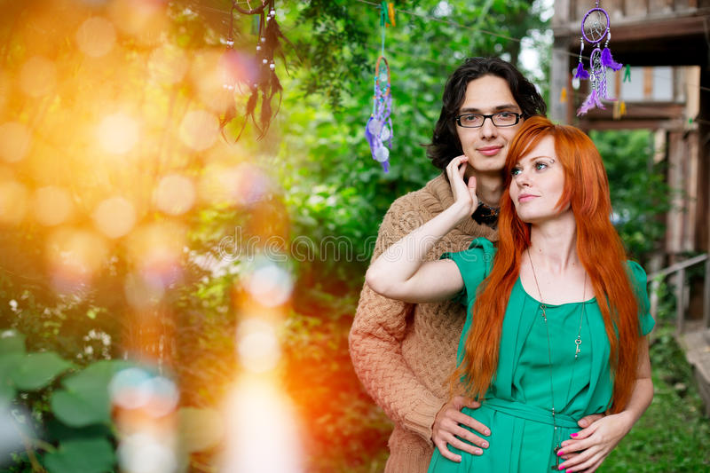 Όμορφο ρομαντικό αγκάλιασμα ζευγών αγάπης στοκ εικόνες