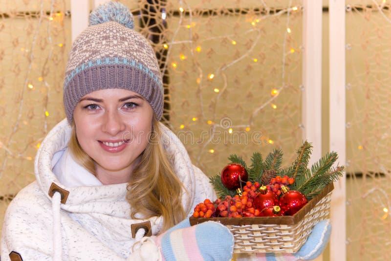 Όμορφο ρωσικό κορίτσι στο υπόβαθρο της γιρλάντας Χριστουγέννων στοκ φωτογραφία με δικαίωμα ελεύθερης χρήσης
