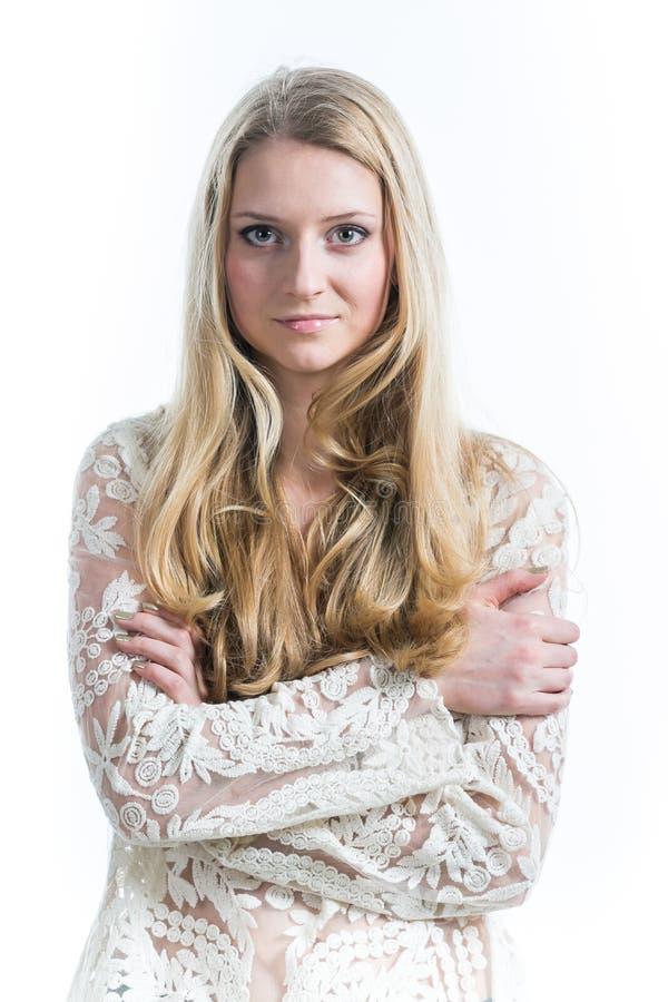 Όμορφο ρωσικό ξανθό κορίτσι σε ένα άσπρο υπόβαθρο σε μια άσπρη διαφανή μπλούζα στοκ εικόνες