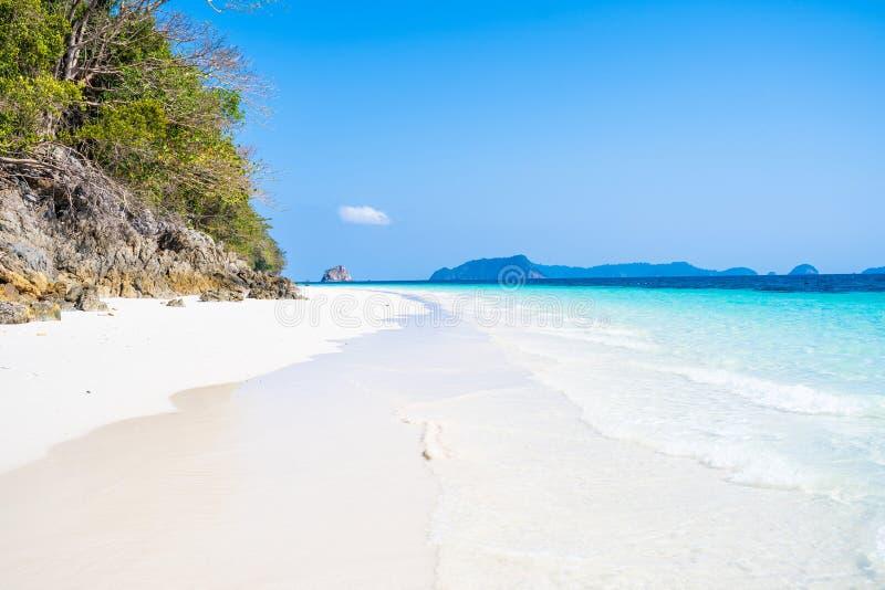 Όμορφο σαφές νερό και άσπρη άμμος στο νησί Nyuang Oo Phee στοκ εικόνα