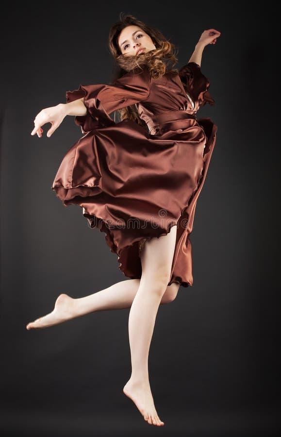 όμορφο σκοτεινό άλμα χορ&epsilo στοκ φωτογραφία