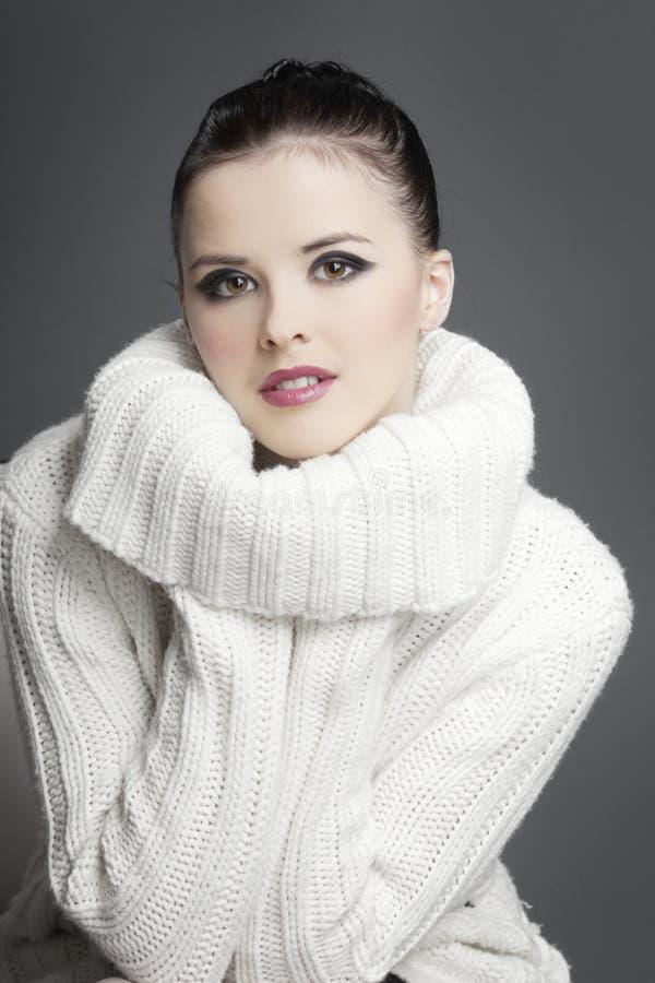 όμορφο σκοτεινό λευκό πουλόβερ τριχώματος κοριτσιών στοκ εικόνα με δικαίωμα ελεύθερης χρήσης