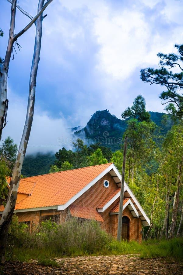 Όμορφο σπίτι στο δάσος στοκ φωτογραφία με δικαίωμα ελεύθερης χρήσης