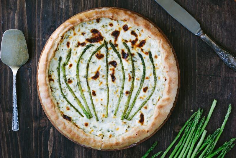 Όμορφο σπαράγγι ξινό - φρέσκια πίτα με το τυρί σπαραγγιού και αιγών στοκ εικόνες με δικαίωμα ελεύθερης χρήσης