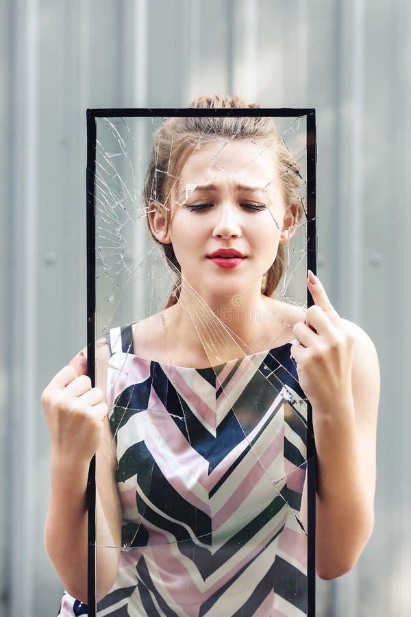 Όμορφο σπασμένο εκμετάλλευση γυαλί κοριτσιών εφήβων στα χέρια της έννοια για να σταματήσει τη βία ενάντια στις γυναίκες στοκ φωτογραφία με δικαίωμα ελεύθερης χρήσης