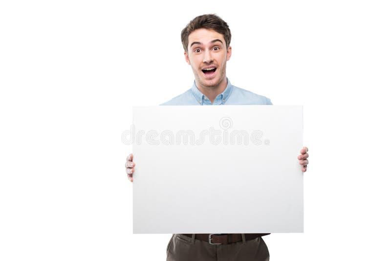 όμορφο συγκινημένο άτομο με την κενή κάρτα στοκ φωτογραφίες
