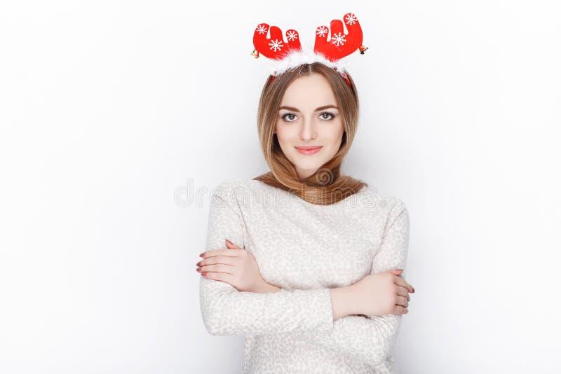 Όμορφο συναισθηματικό ξανθό θηλυκό πρότυπο headpiece ελαφιών santa ένδυσης οι χαιρετισμοί έννοιας Χριστουγέννων ανασκόπησης απομό στοκ φωτογραφίες