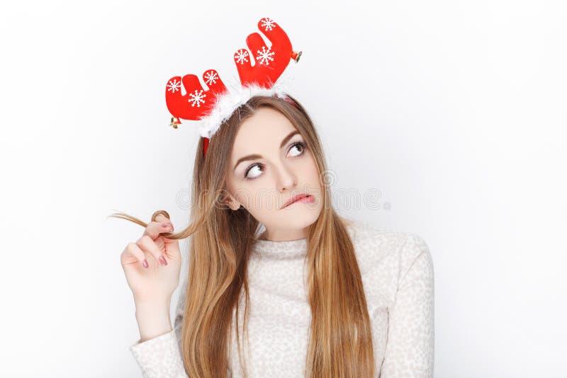 Όμορφο συναισθηματικό ξανθό θηλυκό πρότυπο headpiece ελαφιών santa ένδυσης οι χαιρετισμοί έννοιας Χριστουγέννων ανασκόπησης απομό στοκ εικόνες