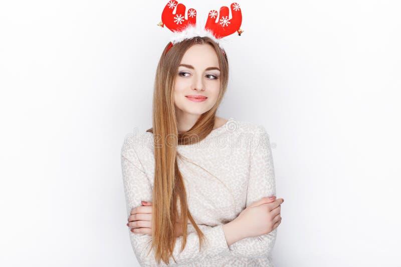 Όμορφο συναισθηματικό ξανθό θηλυκό πρότυπο headpiece ελαφιών santa ένδυσης οι χαιρετισμοί έννοιας Χριστουγέννων ανασκόπησης απομό στοκ εικόνα με δικαίωμα ελεύθερης χρήσης