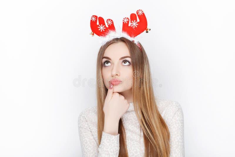 Όμορφο συναισθηματικό ξανθό θηλυκό πρότυπο headpiece ελαφιών santa ένδυσης οι χαιρετισμοί έννοιας Χριστουγέννων ανασκόπησης απομό στοκ εικόνες με δικαίωμα ελεύθερης χρήσης