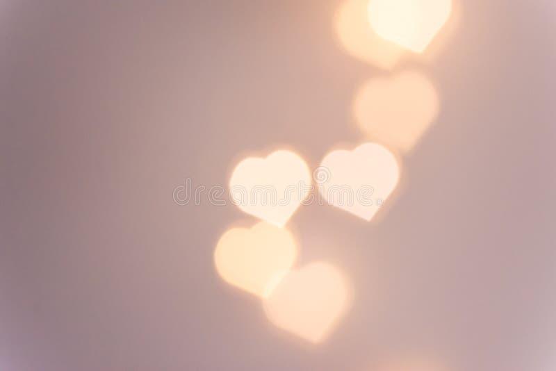 Όμορφο σχέδιο από τα φω'τα γιρλαντών σπινθηρίσματος bokeh στη μορφή καρδιών στο ροζ υπόβαθρο κρητιδογραφιών Ρομαντική φιλανθρωπία στοκ φωτογραφίες με δικαίωμα ελεύθερης χρήσης