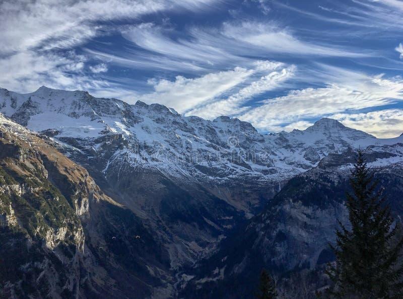 Όμορφο σχέδιο σύννεφων με το μπλε ουρανό πάνω από το πέτρινο βουνό και άσπρο χιονισμένο στοκ εικόνα με δικαίωμα ελεύθερης χρήσης