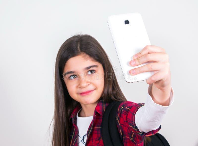 Όμορφο σχολικό κορίτσι που κάνει selfie στοκ φωτογραφίες με δικαίωμα ελεύθερης χρήσης