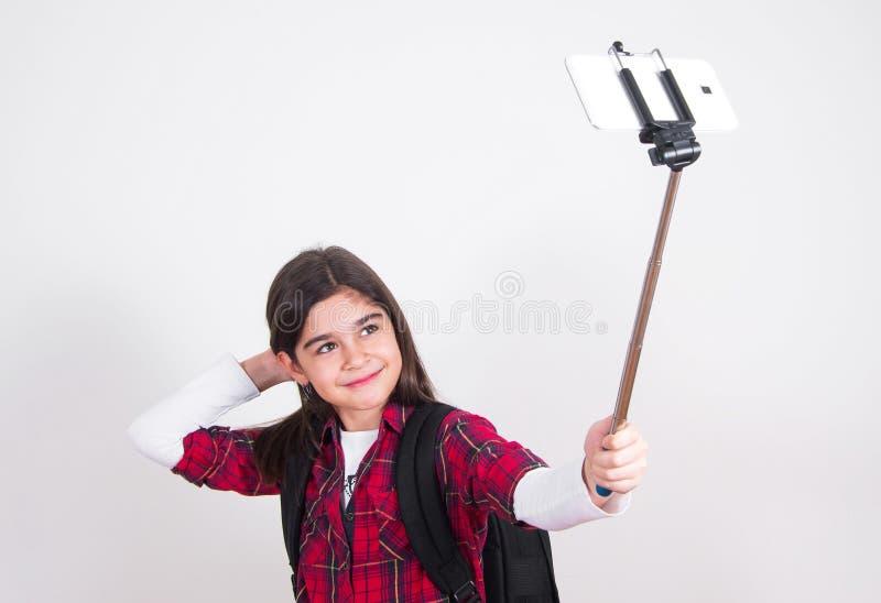 Όμορφο σχολικό κορίτσι που κάνει selfie στοκ εικόνα