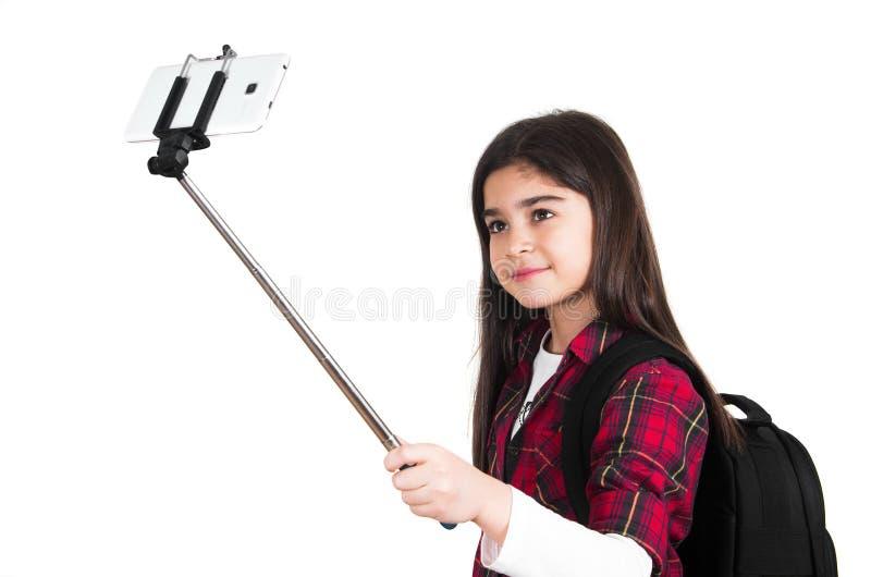 Όμορφο σχολικό κορίτσι που κάνει selfie στοκ εικόνες