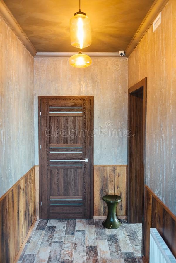 Όμορφο σύγχρονο ντεκόρ καθιστικών με την ξύλινη πόρτα και το γκρίζο υπόβαθρο κουρτινών στοκ φωτογραφίες με δικαίωμα ελεύθερης χρήσης