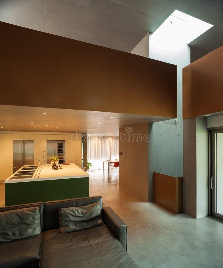 όμορφο σύγχρονο σπίτι στο τσιμέντο, εσωτερικό στοκ εικόνες