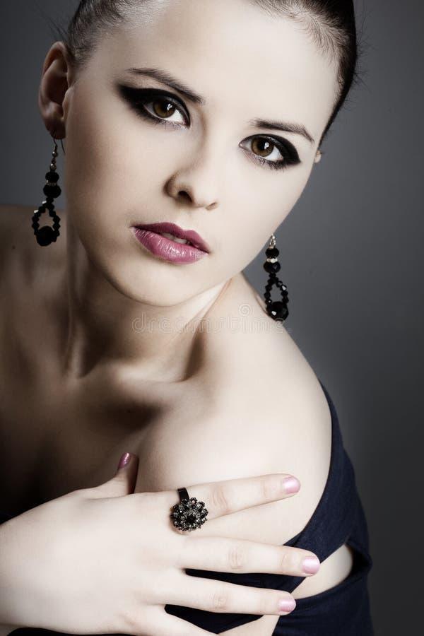 όμορφο τέλειο δέρμα κοσμήματος κοριτσιών στοκ φωτογραφία με δικαίωμα ελεύθερης χρήσης