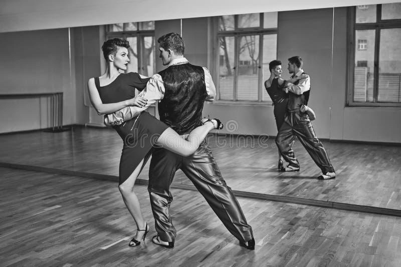 Όμορφο τανγκό χορού ζευγών στοκ φωτογραφία