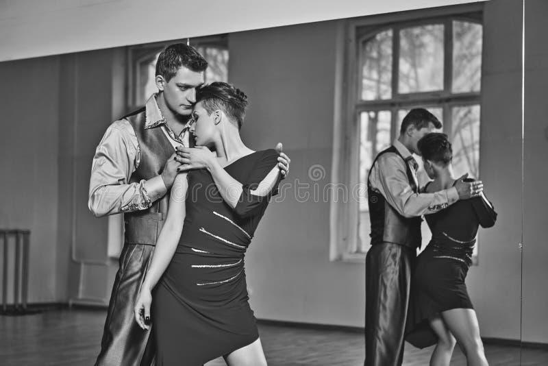 Όμορφο τανγκό χορού ζευγών στοκ εικόνες