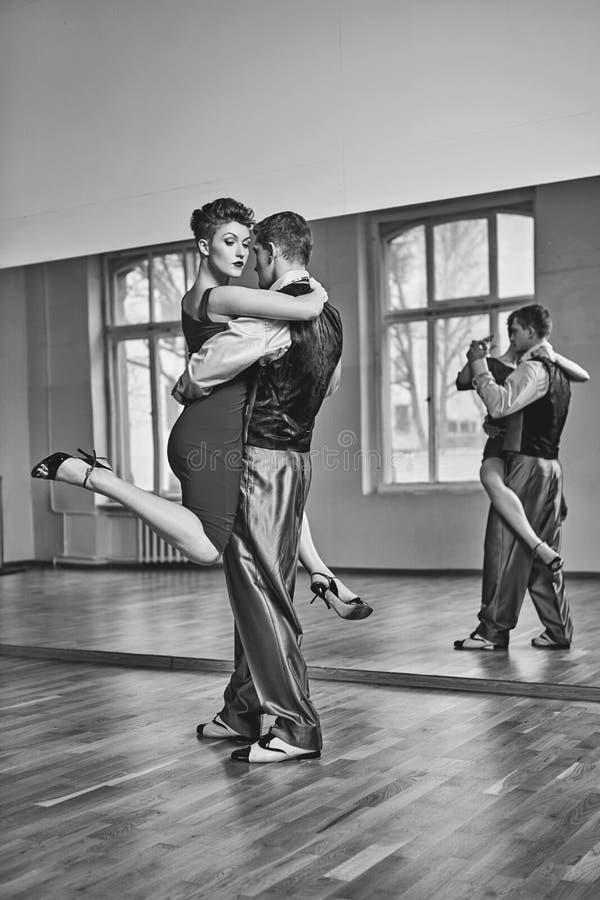 Όμορφο τανγκό χορού ζευγών στοκ φωτογραφίες