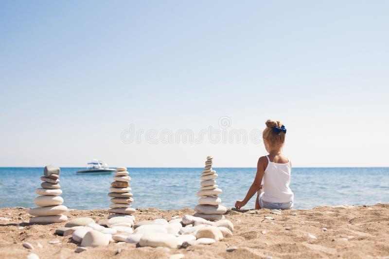 Όμορφο τοπίο ακροθαλασσιών με τη συνεδρίαση κοριτσιών στο μέτωπο στοκ εικόνες με δικαίωμα ελεύθερης χρήσης