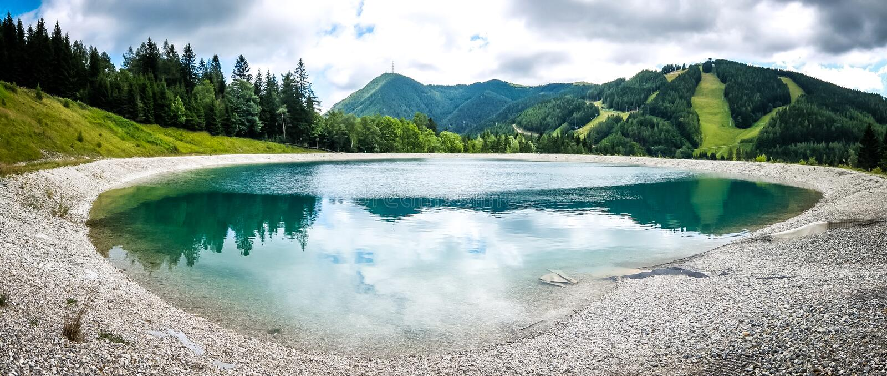 Όμορφο τοπίο βουνών με την άποψη της λίμνης Speicherteich στις Άλπεις της Αυστρίας στοκ εικόνες