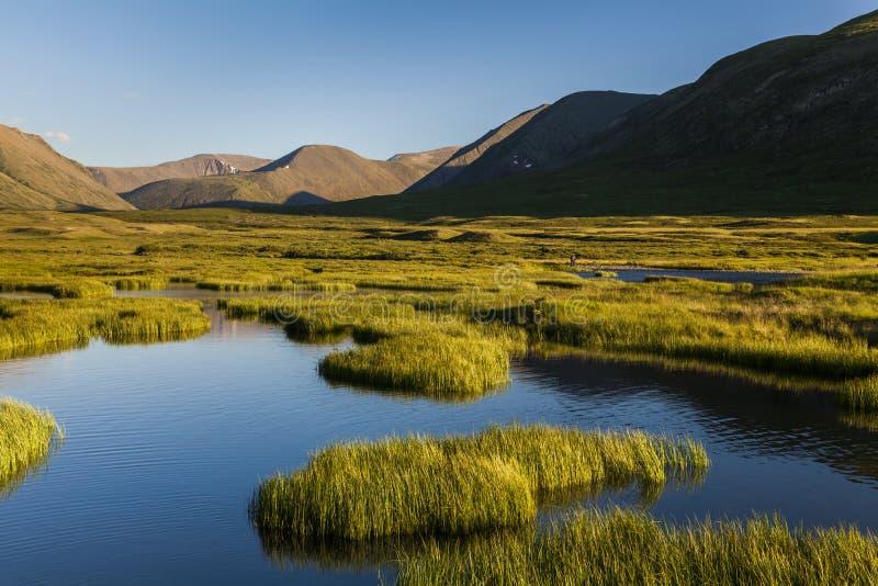 Όμορφο τοπίο βουνών με τον ποταμό στοκ εικόνα με δικαίωμα ελεύθερης χρήσης