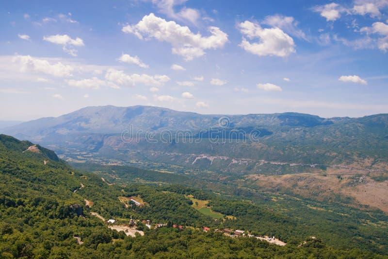 Όμορφο τοπίο βουνών την ηλιόλουστη θερινή ημέρα Μαυροβούνιο, Άλπεις Dinaric, άποψη της πεδιάδας Bjelopavlici στοκ φωτογραφίες με δικαίωμα ελεύθερης χρήσης