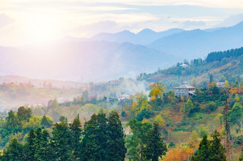 Όμορφο τοπίο βουνών φθινοπώρου Ομιχλώδες πρωί σε ένα λοφώδες χωριό Γεωργία, Adjara στοκ εικόνα με δικαίωμα ελεύθερης χρήσης