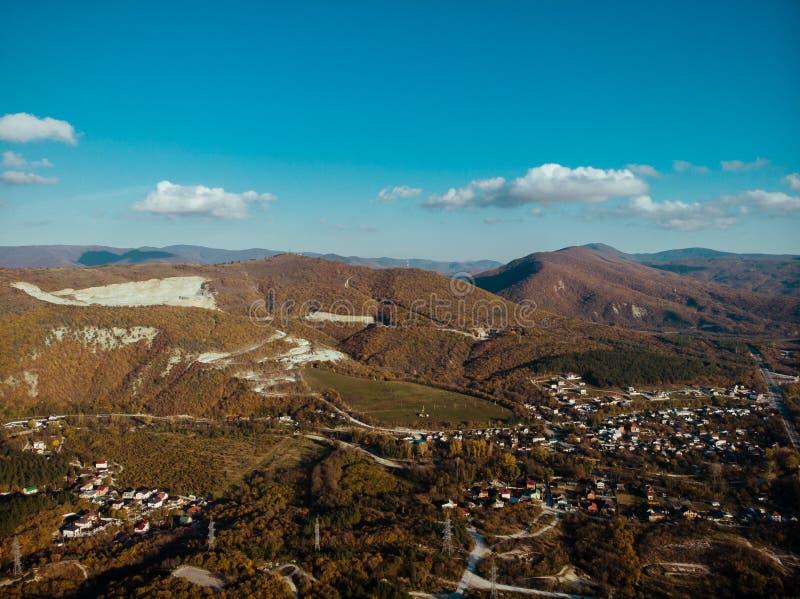 Όμορφο τοπίο βουνών φύσης με το αγροτικό χωριό στην κοιλάδα, ορόσημο θερινού ταξιδιού στοκ φωτογραφίες