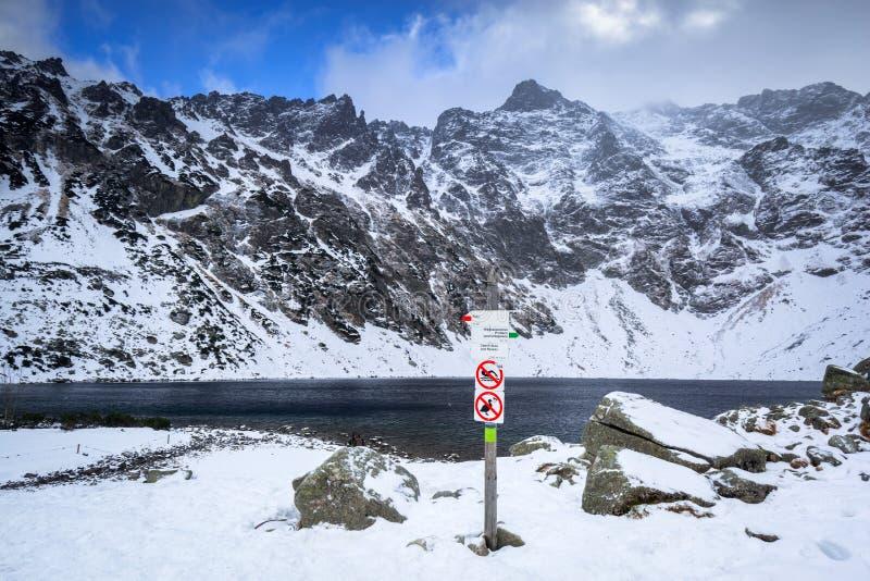 Όμορφο τοπίο βουνών Tatra στη μαύρη λίμνη στοκ εικόνα