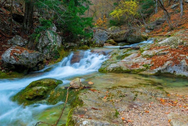 Όμορφο τοπίο ενός ποταμού βουνών μεταξύ των μεγάλων πετρών στα βουνά στοκ φωτογραφία