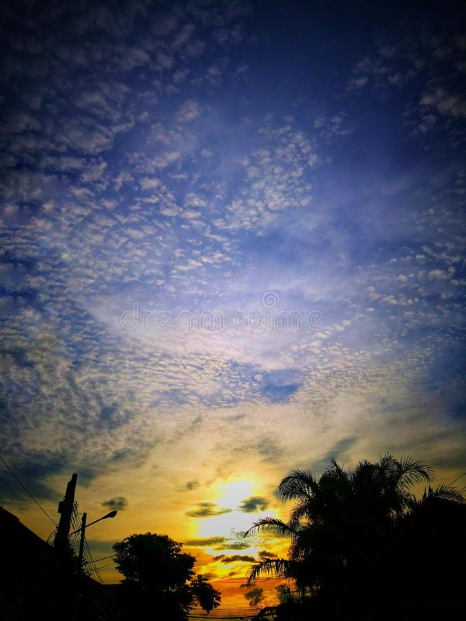 Όμορφο τοπίο ηλιοβασιλέματος με τα διεσπαρμένα σύννεφα στον ουρανό στοκ εικόνες