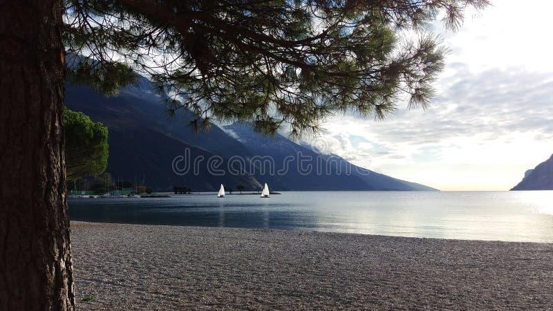 Όμορφο τοπίο λιμνών βουνών, δύο άσπρα sailboats ενάντια στις σκιαγραφίες ι βουνών στοκ εικόνα