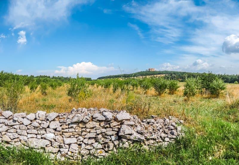 Όμορφο τοπίο με διάσημο Castel del Monte σε Apulia, Ιταλία στοκ φωτογραφίες