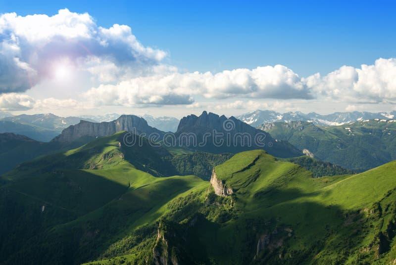 Όμορφο τοπίο με τα βουνά και τους πράσινους λόφους στοκ φωτογραφία με δικαίωμα ελεύθερης χρήσης