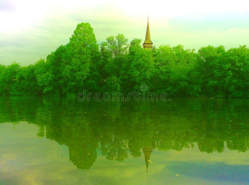 Όμορφο τοπίο με την ξύλινη άποψη πύργων σχετικά με την εποχή λιμνών την άνοιξη στοκ φωτογραφία με δικαίωμα ελεύθερης χρήσης