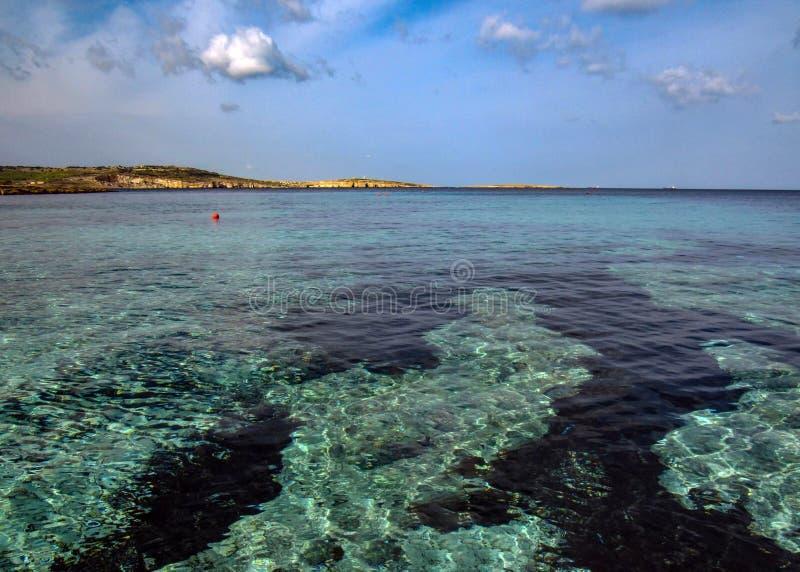 Όμορφο τοπίο με το σαφές τυρκουάζ νερό στον κόλπο Αγίου Pauls, Bugibba, στο μεσογειακό νησί της Μάλτας, Ευρώπη στοκ εικόνες