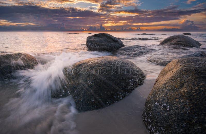 Όμορφο τοπίο πέρα από τη θάλασσα, πυροβολισμός ανατολής στοκ εικόνες