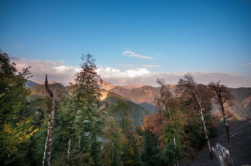 Όμορφο τοπίο στα βουνά με τον ήλιο στην αυγή Βουνά στο χρόνο ηλιοβασιλέματος Βουνά του Αζερμπαϊτζάν Καύκασος κανένας στοκ εικόνες
